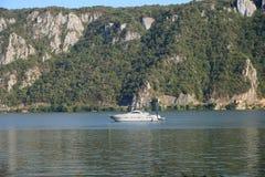 在多瑙河的小船在Cazanele桃莉附近 免版税库存照片