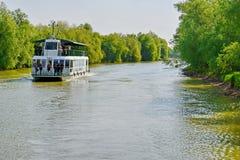 在多瑙河的旅游巡航小船 图库摄影
