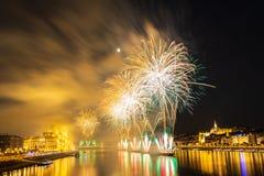 在多瑙河的烟花在布达佩斯,匈牙利 免版税库存图片