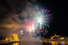 在多瑙河的烟花在布达佩斯,匈牙利 免版税图库摄影