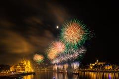 在多瑙河的烟花在布达佩斯,匈牙利 库存图片