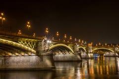 在多瑙河的玛格丽特桥梁在晚上 库存图片
