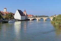 在多瑙河的石桥梁在雷根斯堡,德国 库存照片