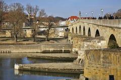 在多瑙河的石桥梁在雷根斯堡 巴伐利亚人 德国 免版税库存图片