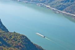 在多瑙河的船风帆通过Djerdap峡谷 图库摄影