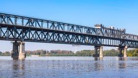 在多瑙河的钢桁架桥 免版税图库摄影