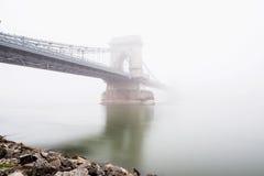 在多瑙河的铁锁式桥梁和一条小船在布达佩斯,匈牙利 库存图片