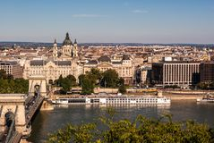 在多瑙河的铁锁式桥梁在布达佩斯,匈牙利 图库摄影