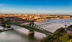 在多瑙河的铁锁式桥梁在布达佩斯,匈牙利 库存照片