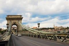 在多瑙河的铁锁式桥梁在布达佩斯,匈牙利 免版税库存图片