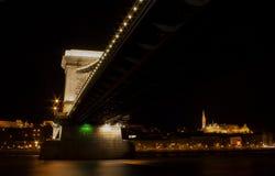 在多瑙河的铁锁式桥梁在布达佩斯 免版税库存照片