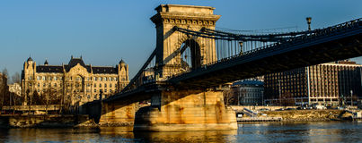 在多瑙河的铁锁式桥梁 库存图片