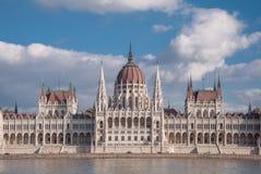 在多瑙河的银行的匈牙利议会大厦在布达佩斯 免版税库存图片