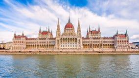 在多瑙河的银行的匈牙利议会大厦B的 库存图片