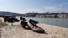 在多瑙河的鞋子在布达佩斯 免版税库存照片