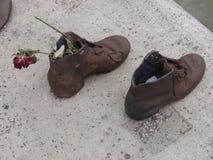 在多瑙河的鞋子 免版税库存图片