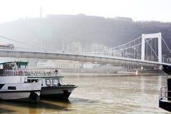 在多瑙河的Elisabeth桥梁在布达佩斯在一有雾的天 免版税图库摄影