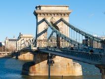 在多瑙河的Szechenyi铁锁式桥梁在布达佩斯,匈牙利 免版税库存图片