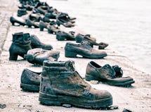 在多瑙河银行的鞋子是一份纪念品在布达佩斯,匈牙利,蓝色 图库摄影