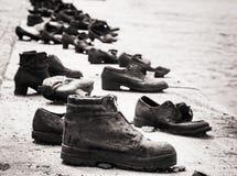 在多瑙河银行的鞋子是在布达佩斯、黑色和wh的一份纪念品 免版税库存照片