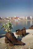 在多瑙河银行纪念碑的鞋子在布达佩斯 库存照片
