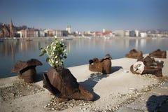 在多瑙河银行纪念碑的鞋子在布达佩斯 库存图片