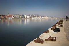 在多瑙河银行纪念碑的鞋子在布达佩斯 免版税库存图片