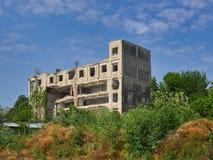 在多瑙河附近的被放弃的大厦在布勒伊拉,罗马尼亚 免版税图库摄影