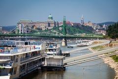 在多瑙河靠码头的游轮在布达佩斯支持 免版税库存图片