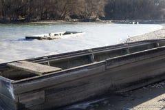 在多瑙河,匈牙利附近的老被放弃的违规记录在一风暴日 库存图片
