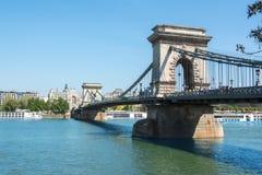 在多瑙河,布达佩斯,匈牙利的铁锁式桥梁 库存图片