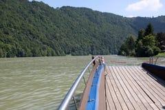 在多瑙河-奥地利的小船 免版税库存照片