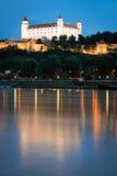 在多瑙河黄昏的,斯洛伐克上的布拉索夫城堡 库存照片