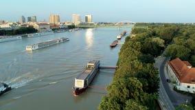在多瑙河Dunaj河的轮渡在布拉索夫,斯洛伐克,欧洲 股票录像