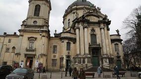 在多米尼加共和国的教会和修道院附近的人们在利沃夫州,西乌克兰 股票视频