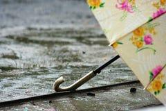 在多雨下的伞 免版税图库摄影