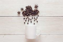 在多雨云彩形状的咖啡豆与茴香星和白色的 图库摄影