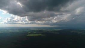 在多雨云彩附近的寄生虫飞行 股票视频