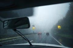 在多雨和溜滑高速公路的交通 免版税库存照片