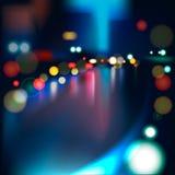 在多雨城市道路的被弄脏的光在晚上。 免版税库存图片