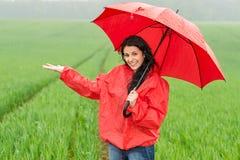 在多雨天气期间的兴高采烈的微笑的女孩 库存图片