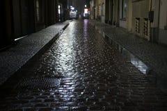 在多雨天气的夜街道在奥斯坦德,比利时 免版税图库摄影