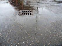 在多雨天气的湿沥青街道 免版税库存图片