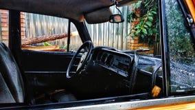 在多雨天气的老汽车 库存图片