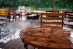 在多雨天气的Emty咖啡馆 免版税库存照片