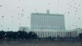 在多雨窗口后的被弄脏的俄国人白宫政府大厦 股票视频