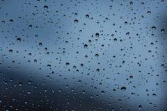 在多雨窗口的水滴 库存照片