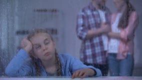 在多雨窗口,采取从孤儿院的养父母附近的哀伤的孤儿孩子女孩 股票录像