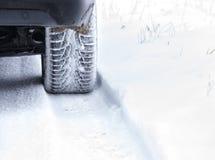 在多雪的乡下公路的冬天轮胎 免版税库存照片