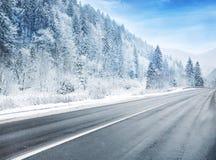 在多雪的乡下公路 免版税库存照片